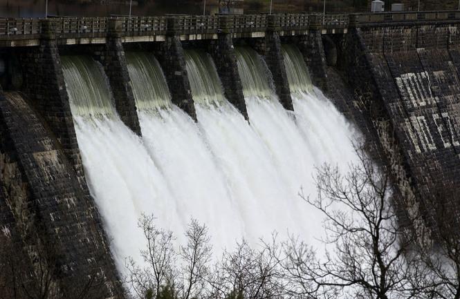 Apertura de las compuertas de la Presa del Pantano de Ullibarri-Gamboa