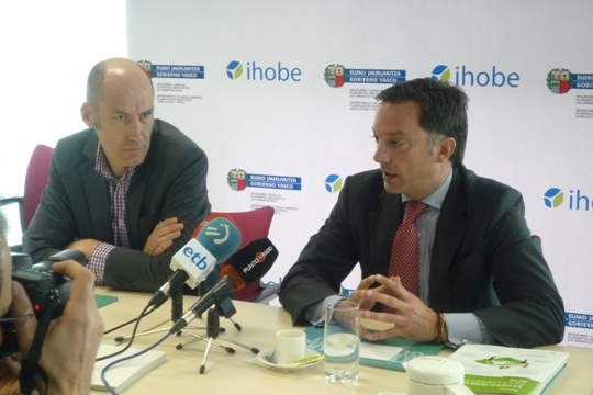(De izquierda a derecha) Alexander Boto, Director de Estrategia y Comunicación, y Fernando Barrenechea, Director General de Ihobe, durante de la presentación del Plan de Gestión de Ihobe