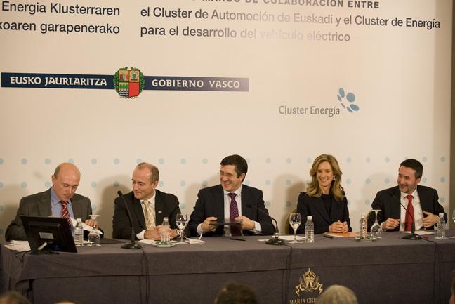 El Lehendakari, durante la firma del convenio de colaboración