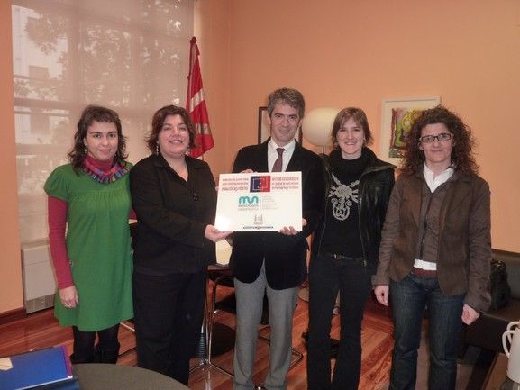 Momento de la entrega del distintivo a Mondragon Unibertsitatea.