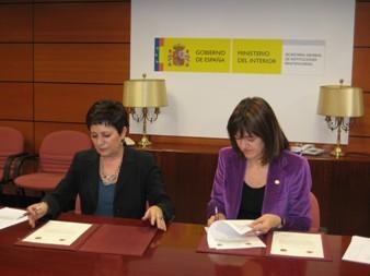 Mercedes Gallizo e Idoia Mendia, durante la firma del convenio.