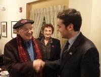 Pete Cenarrusak, Idahoko euskal komunitateko itzal handiko gizonak,  bostekoa ematen Asier Vallejo Itsasori.