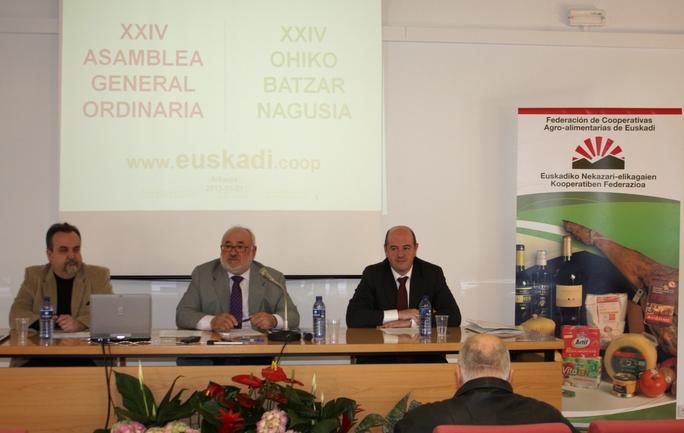 De izquierda a derecha, Bittor Oroz, viceconsejero de Agricultura y Desarrollo Rural, en el centro el presidente de las Cooperativas Agro-alimentarias de Euskadi Alfredo Montoya, a su derecha el Gerente de Lorra, Martin Uriarte