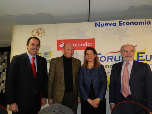 Ana Oregi, acompañada por los componentes de la Mesa del Forum Europa