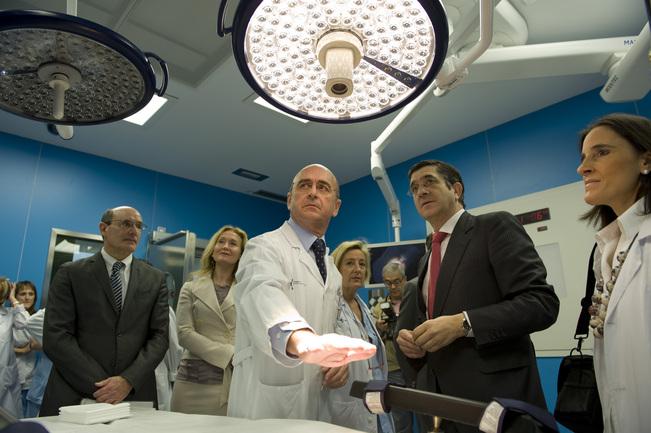 El Lehendakari, durante la visita al hospital Donostia