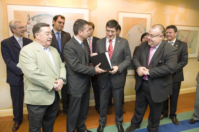 EUDEL entrega al Lehendakari su 'Documento de bases para una Ley Municipal'