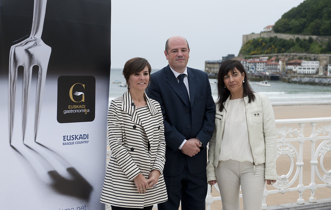 Arantza Madariaga, directora de Basquetour, Bittor Oroz, viceconsejero de Agricultura, Pesca y Política Alimentaria, y Itziar Epalza, viceconsejera