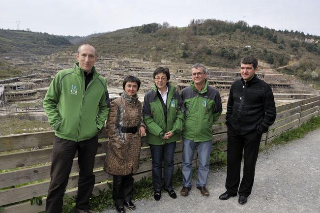 (de izda. a dcha.) Iñaki Urrizalqui, Lorena Lopez de Lacalle, Pilar Unzalu, Iñaki Atxukarro y Mikel Landa ante las eras del Valle Salado