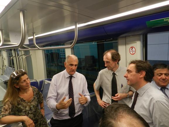 Aiz y Oregi en una visita a una industria ferroviaria