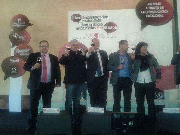 Bittor Oroz, (en el centro de la imagen junto a los organizadores),