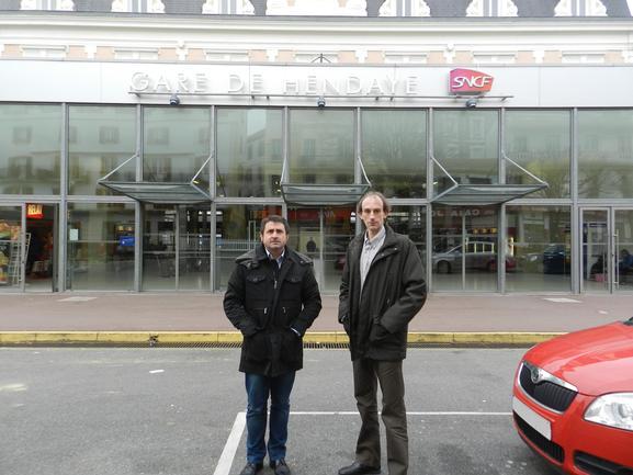 Marc Moulin e Imanol Leza en la estación de Hendaia
