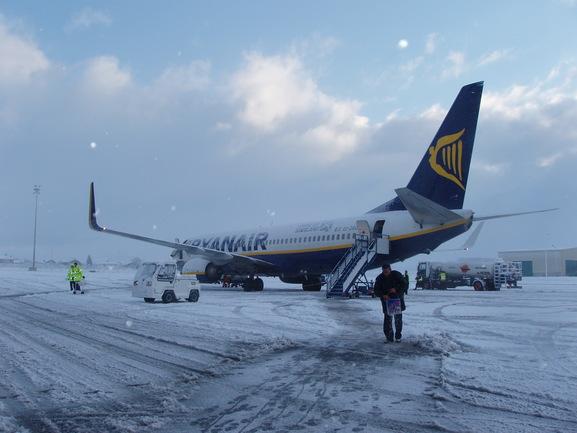 Aeronave en la pista nevada de Foronda