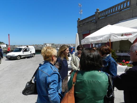 Oregi y Ruiz de Angulo, en un encuentro con rederas y neskatilak de Bermeo