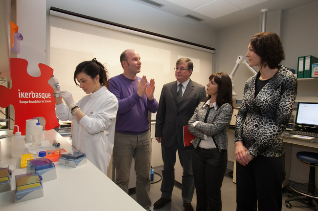 The Basque Government's Deputy Minister for Universities and Research, Itziar Alkorta (on the right), visits a laboratory at the University of the Basque Country (UPV/EHU), prior to the unveiling of the Research Fellow programme