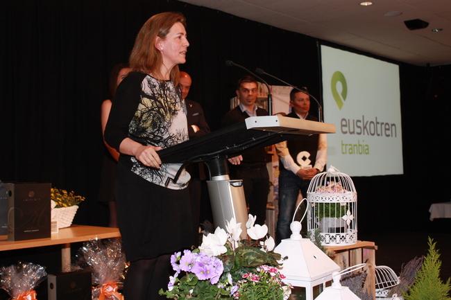 Oregi entrega uno de los premios de la velada radiofónica