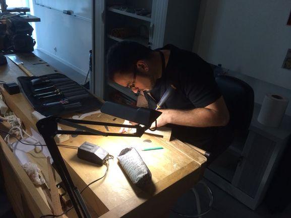 Un alumno en el taller de luthería