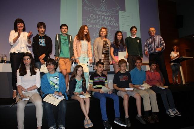 La viceconsejera de Educación Arantza Aurrekoetxea (centro), con los ganadores de este año