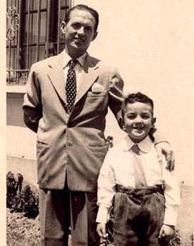 Chema Salcedo, de niño, junto a su padre.
