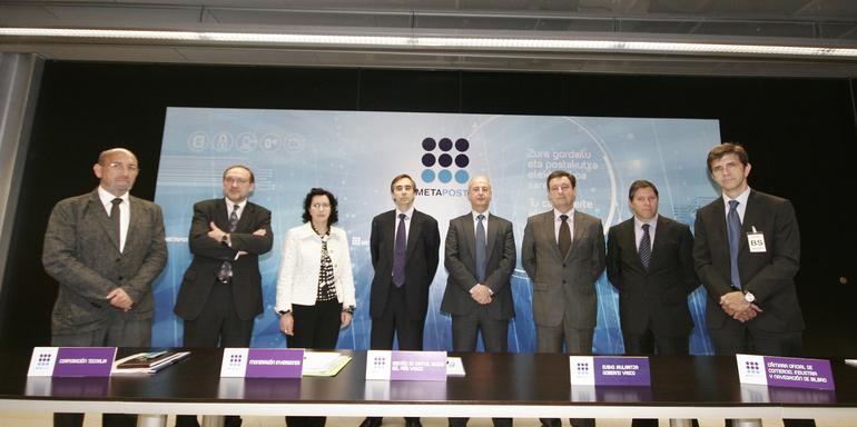 De izquierda a derecha, los representantes de Gupost, Tecnalia, Mondragón Inversiones, Ezten, el presidente de la nueva sociedad METAPOSTA Xabier Sabalza, EJIE y las Cámaras de Comercio de Bilbao, Gipuzkoa y Álava.