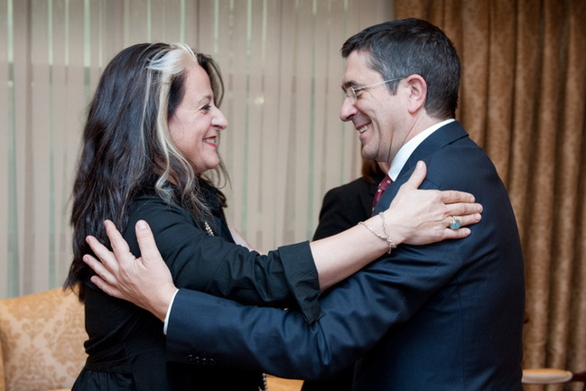 El Lehendakari saluda a Aizpea Goenaga,directora del Instituto Etxepare