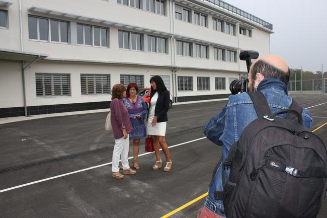 Olatz Garamendi (derecha) y Blanca Guerrero (izquierda) conversan con la directora del IES Badaia, tras la visita al centro