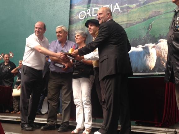 Bittor Oroz, el matrimonio de la quesería Ondarre, Igor Eguren, alcalde de Ordizia y un respresentante de Kutxa