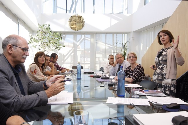 Eskozia eta Euskadiko Osasun sailetako ordezkaritzak, gaur Bilbon izan duten bileran.                                   Un momento de la reunión de trabajo mantenida hoy en Bilbao entre las delegaciones de los Departamentos de Salud de Escocia y Euskadi.