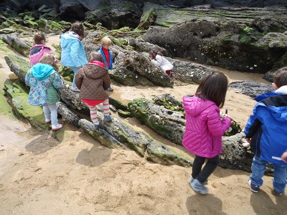 Escolares en la costa