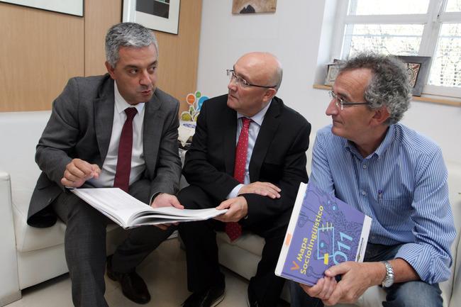 Patxi Baztarrika (centro) y Jokin Azkue (derecha), con el secretario general de Política Lingüística de la Xunta de Galicia, Valentín García Gómez.