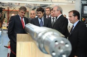 El Lehendakari, durante la visita a la sede de la empresa en Bergara