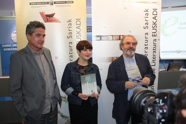 Joxean Muñoz, junto con dos de los galardonados: Maite Gurrutxaga y Jon Juaristi
