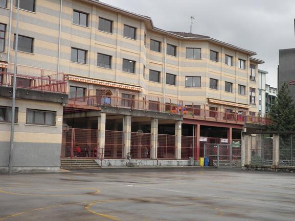 CEIP Urumea: la fachada principal y el porche de entrada sobre el que se construirá el nuevo volumen de la ampliación.