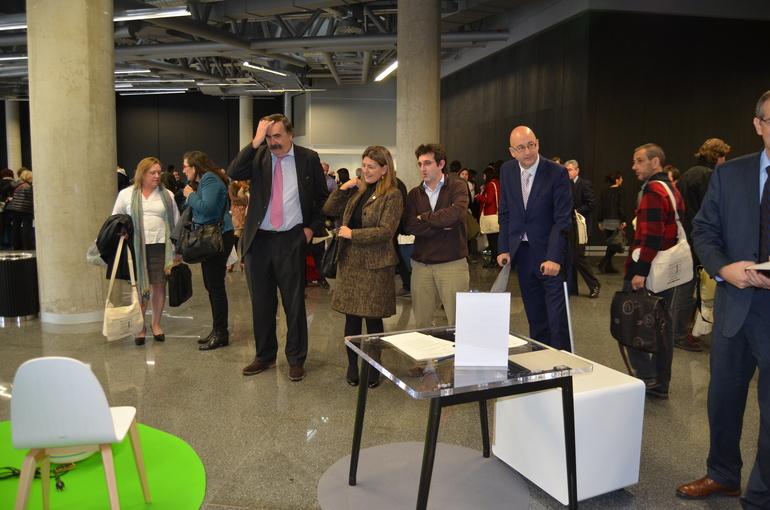 Ana Oregi y Josean Galera contemplan la exposición del Cluster Habic
