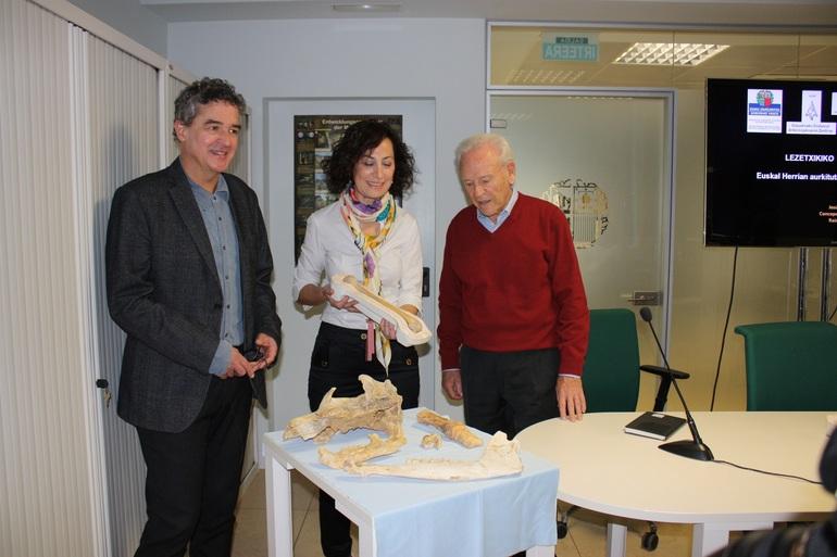 Joxean Muñoz, Concepción de la Rúa y Jesus Altuna, en el Centro Goaz de San Sebastián , poco antes de dar a conocer los resultados de la investigación.