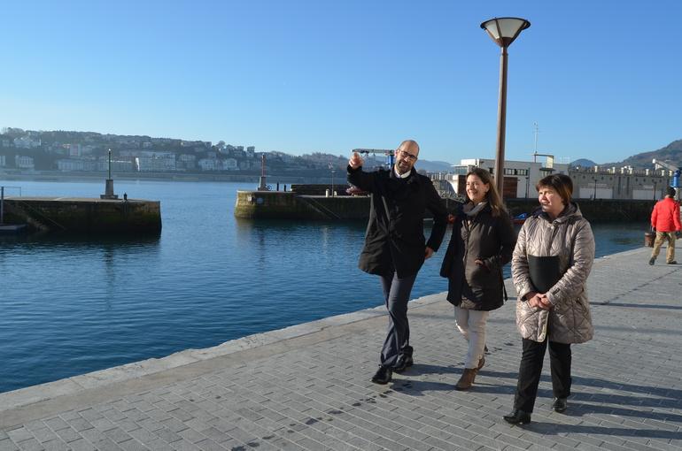 Marko Boronat y Almudena Ruiz de Angulo comentan con Ana Oregi las reformas del muelle donostiarra