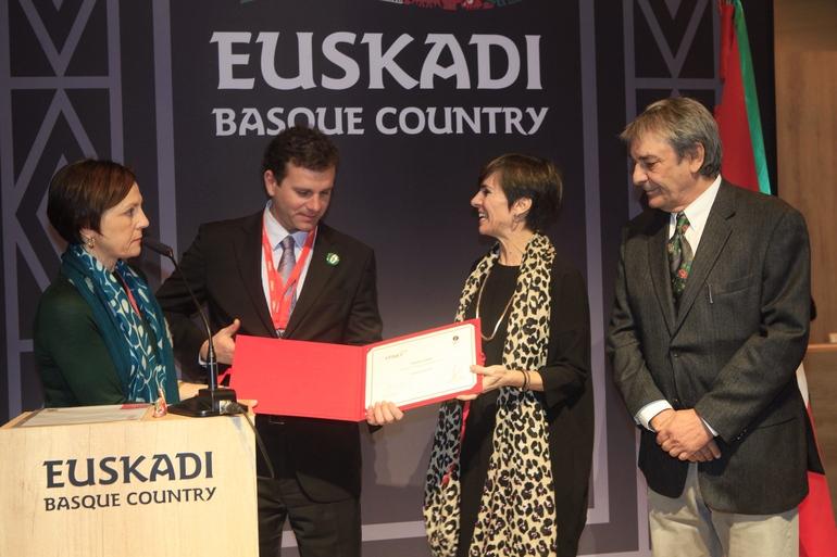 Arantza Madariaga, directora de Basquetour recibe el galardón