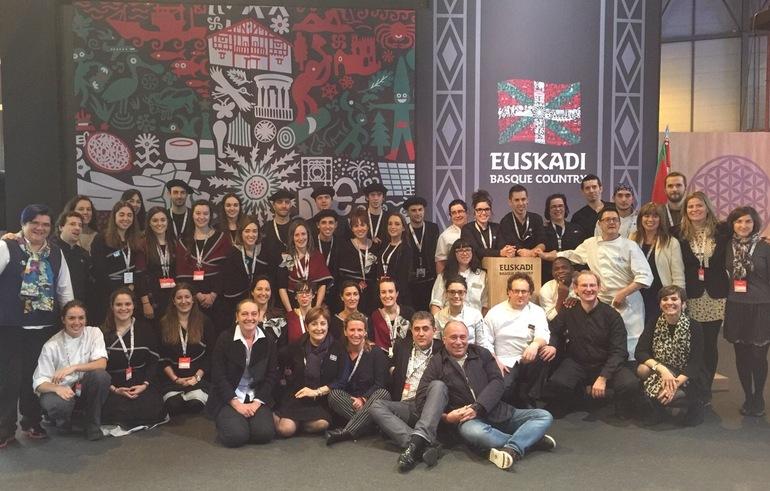 El equipo de trabajo del Stand de Euskadi acompañado de representantes de las instituciones en el cierre de la Feria.