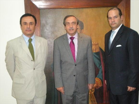 De izquierda a Derecha: El Delegado de Euskadi en Colombia Iñaki Martínez, el Gobernador de Antioquía, D. Luis Alfredo Ramos y el Secretario de Agricultura D. Edgar Arrubla.