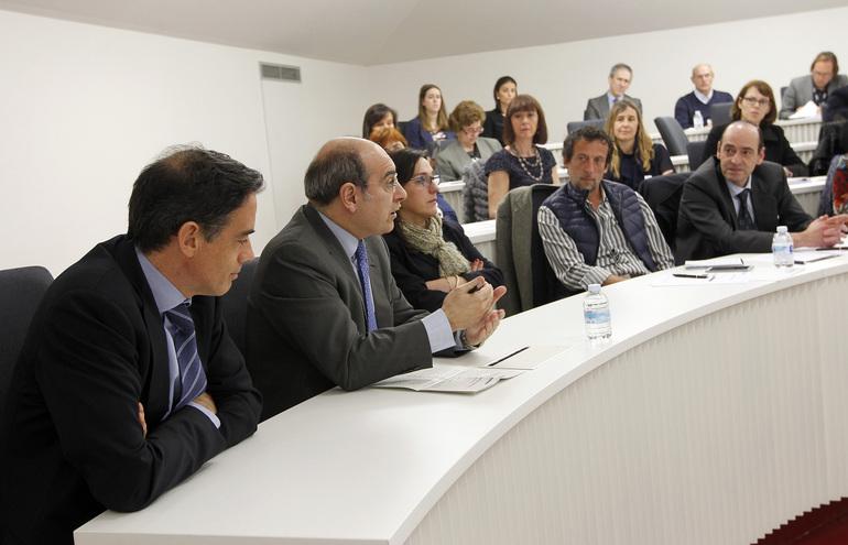El consejero de Salud del Gobierno Vasco, Jon Darpón y el decano de Deusto Business School, Guillermo Dorronsoro