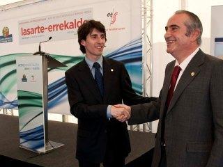 El Consejero Iñaki Arriola y el Alcalde de Lasarte-Oria, Jesús Mª Zaballos, se saludan satisfechos.