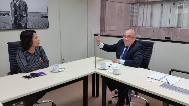 Patxi Baztarrika y la Viceministra Patricia Balbuena, en un momento de la reunión