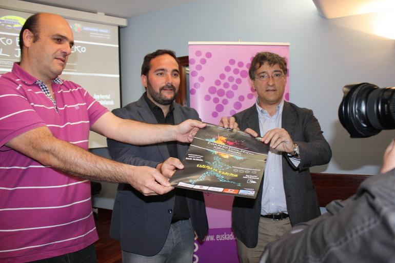 Jon Redondo, director de Juventud y Deportes del Gobierno Vasco, (en el centro), junto con Asier Sarriegi y Josu Ruiz