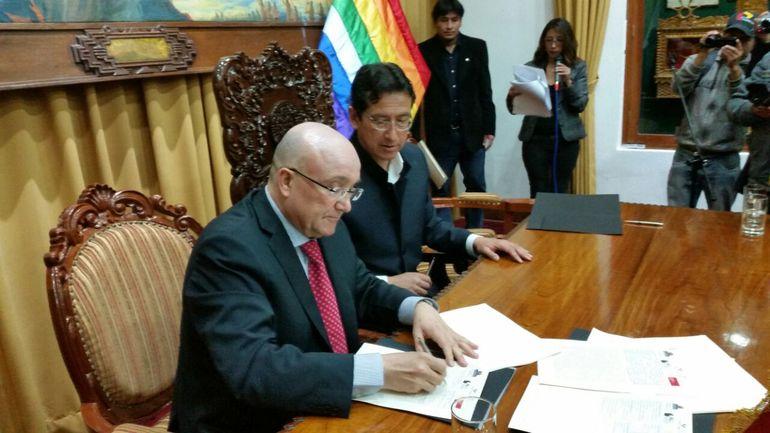 El viceconsejero de Política Lingüística, Patxi Baztarrika, firma el protocolo con el alcalde de Cusco