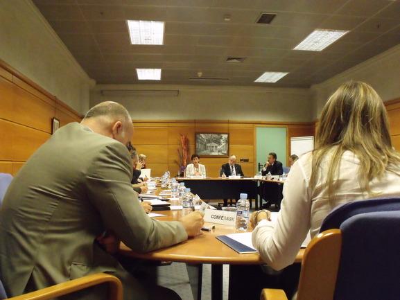 Foto de la reunión. Al fondo la Consejera Celaá y el Viceconsejero Urzainki