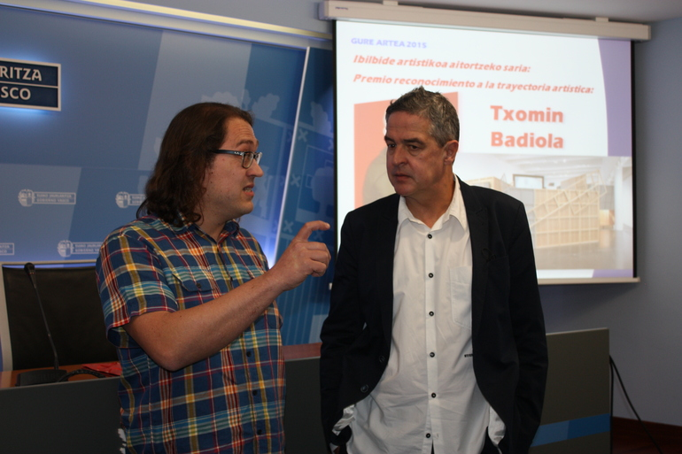 Joxean Muñoz, viceconsejero de Cultura, Juventud y Deportes (drch.) conversa con Xabier Ganzarain, miembro del jurado de los Premios Gure Artea 2015