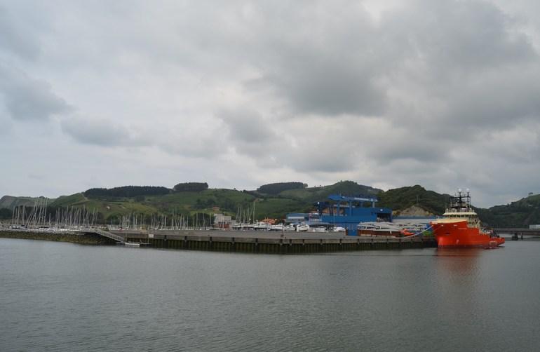 El nuevo barco, junto al astillero