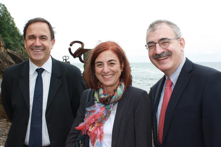 Cristina Uriarte sailburua erdian, Steven Rosenstone Kantzillerra (eskuinean), eta Jorge Arevalo Lanbide Heziketako sailburuordea (ezkerrean) ondoan dituela