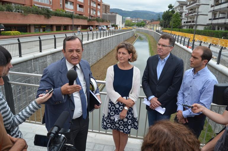 Alvaro san Cristobal, ingeniero jefe, explica a Oregi, Landa, Ansola y Solabarrieta el alcance de las obras