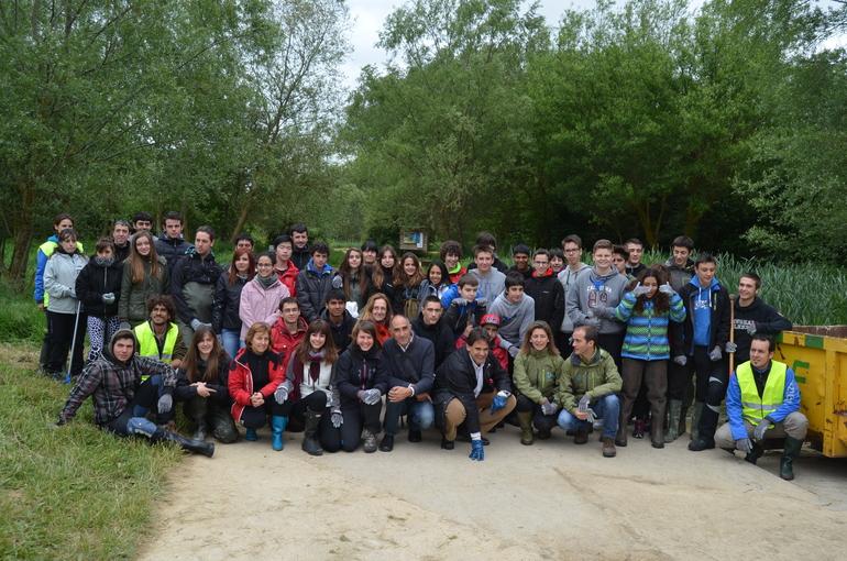 Grupo de escolares tras realizar actividades en el río Santo Tomás