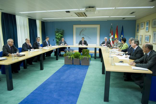 El Lehendakari y el resto de los miembros del Consejo Vasco de Ciencia, Tecnología e Innovación